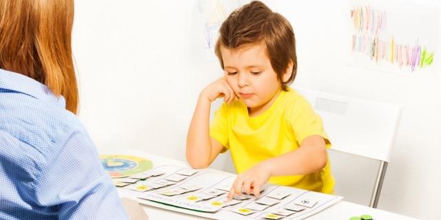 El niño señala las tarjetas de actividades