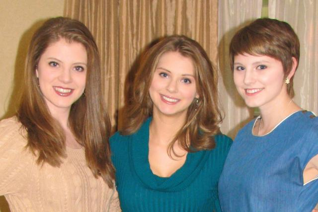 Alexis (center) with sisters Danielle (l) and Amanda (r). Not pictured, brother, Nicholas.